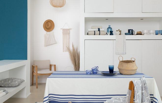 nappe blanche et bleu à rayures